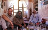 Gemeinsames Essen mit unserem Gastgeber in der Oase Gamreh und einem Fotografen, der die Wüstenarchitektur dokumentieren will.