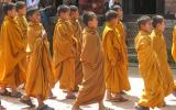 Mönchschüler auf dem Weg zum Tempel.