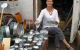 Um die Reisekasse aufzubessern, macht Susanne in Sachen Backförmchenverkauf. Tupperware kommt hier nicht gut an.