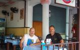 Manni vor seiner deutschen Bäckerei in Karon auf Phuket.